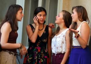 123rf.com [18788261_m] Girls on cell phone